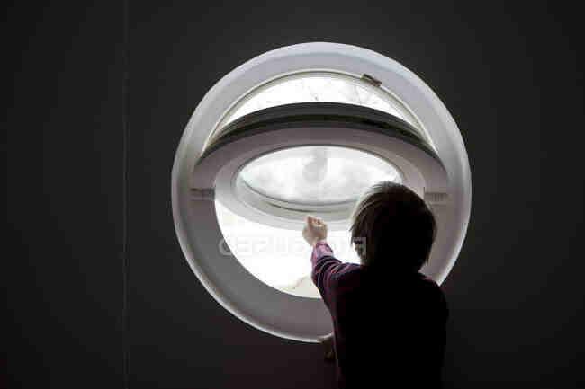 Comment ouvrir une fenêtre ronde ?